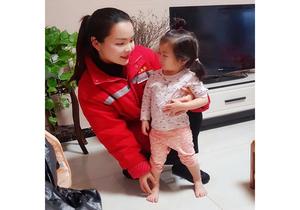 沈丘城区居民用上清洁取暖供热员工和居民家的小孩