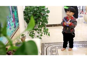 鹿邑城区居民用上清洁取暖后小孩光脚在家地板上玩耍