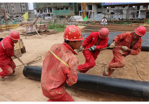 陕县清洁取暖项目工地工人紧张施工中