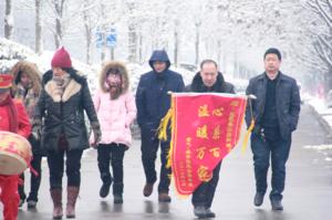 鹿邑城区居民为清洁取暖单位送去锦旗感谢政府