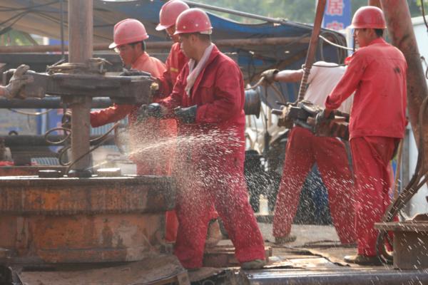 陕县清洁取暖项目工地工人紧张施工中1